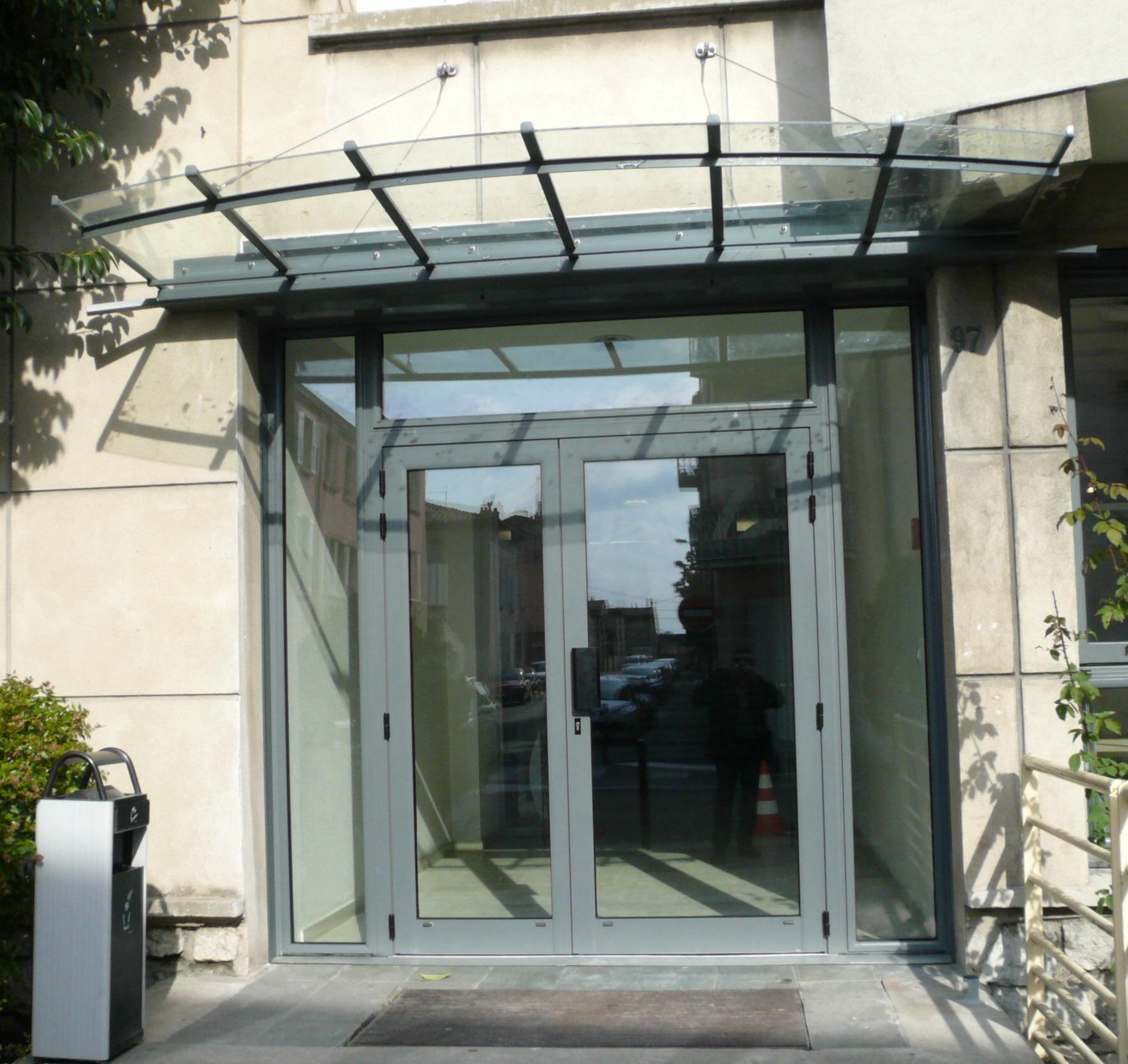Porte d'entrée d'immeuble