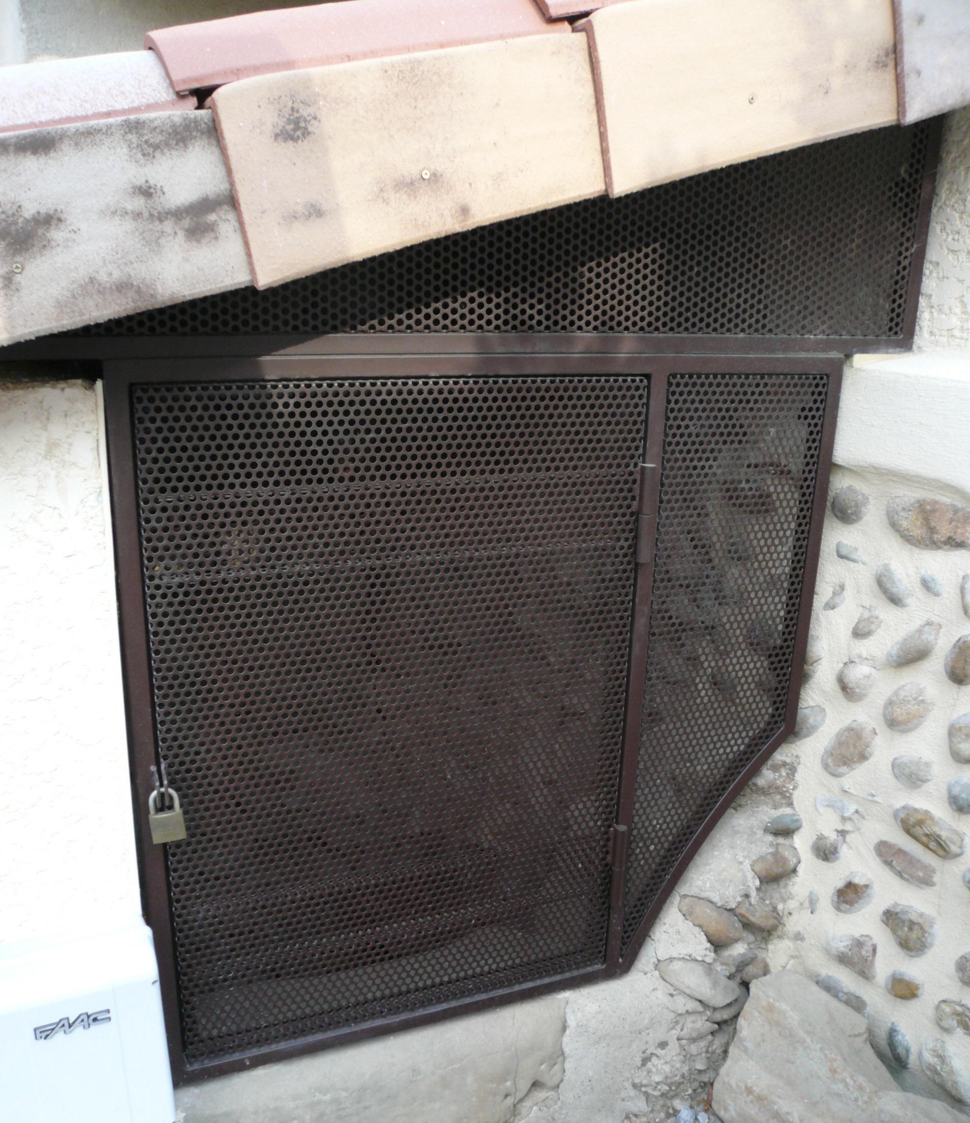 Fermeture d'un puits, châssis métallique, remplissage tôle perforée