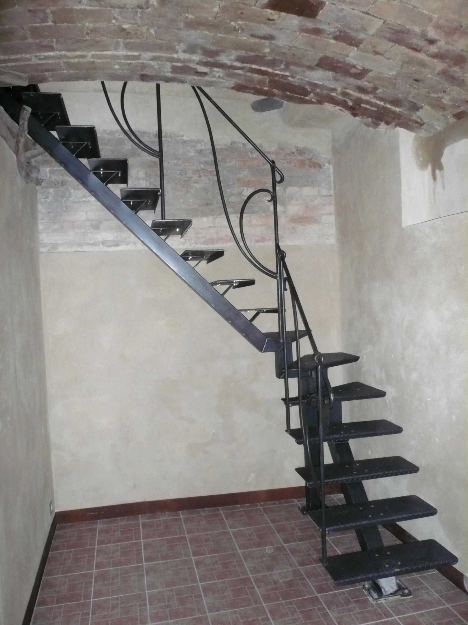 Escalier Limon Central marches Métalliques et Rampe en Fer Forgé