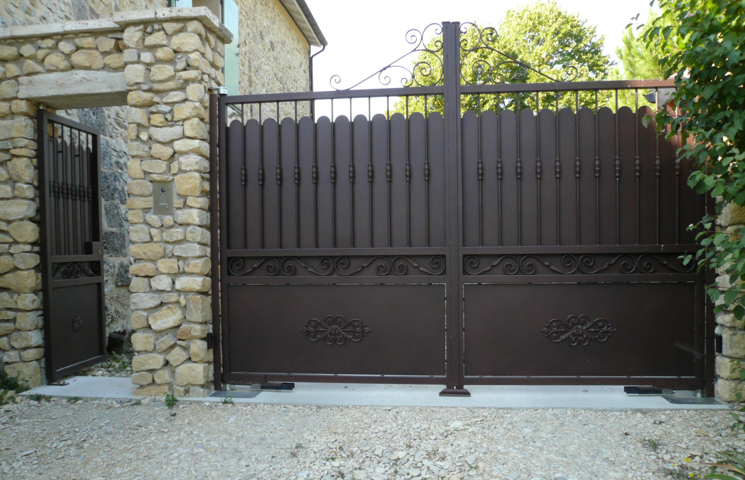 Portail 2 vantaux volutes et haut avec tôle festonnée - portillon