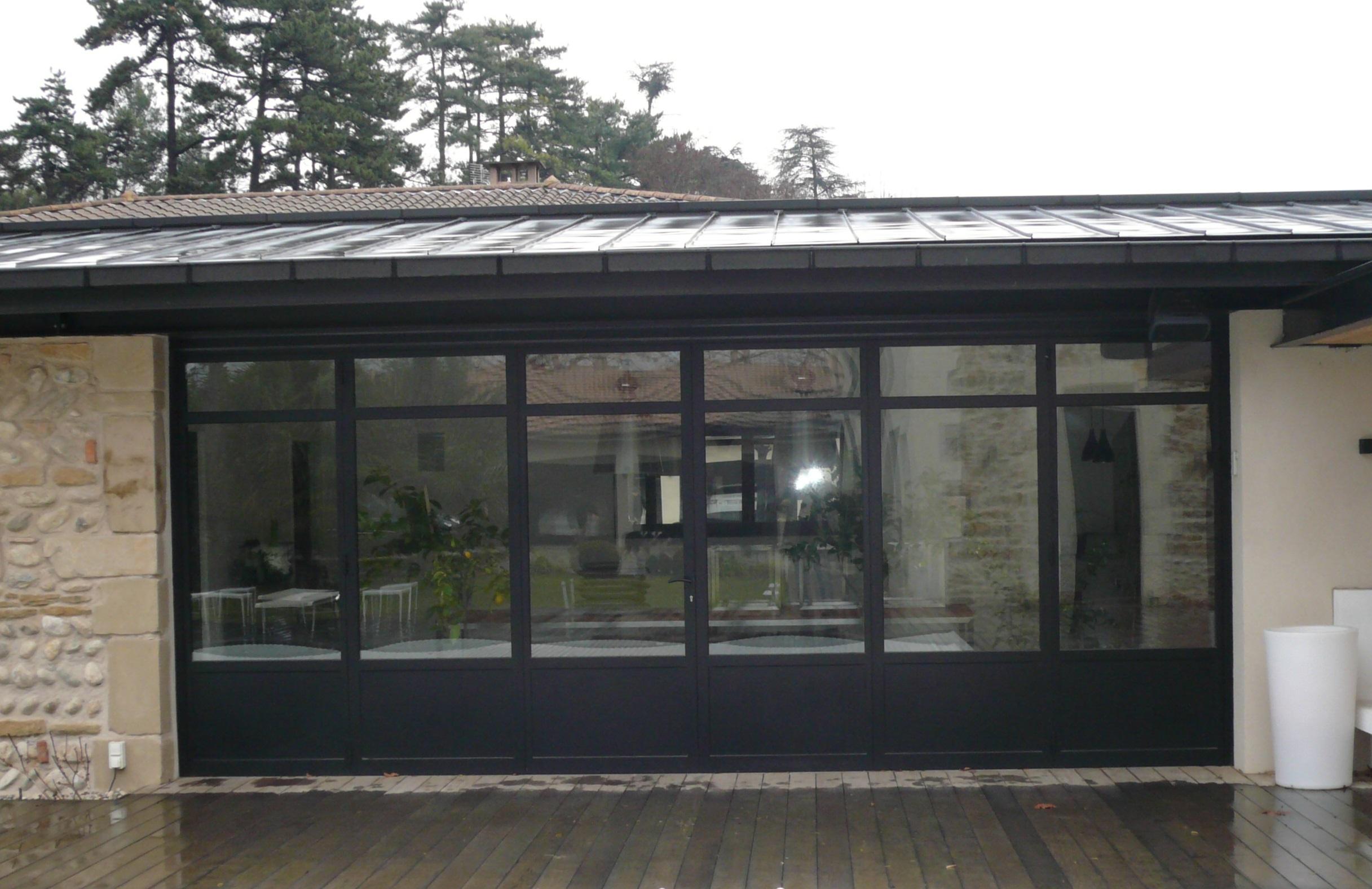 Fermeture d'un pool-house en menuiserie métallique