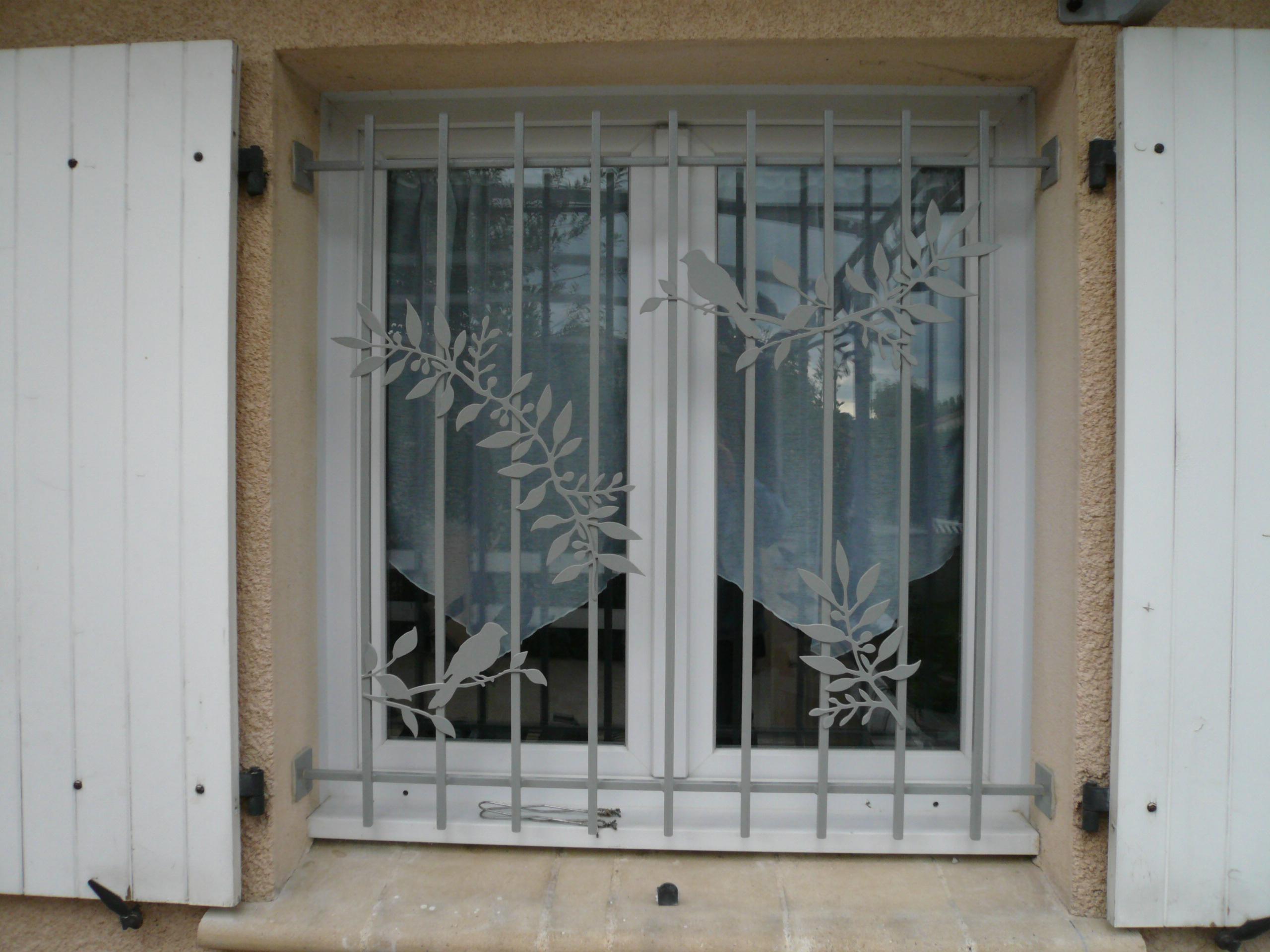 Défense de fenêtre, motif feuille d'olivier et oiseaux