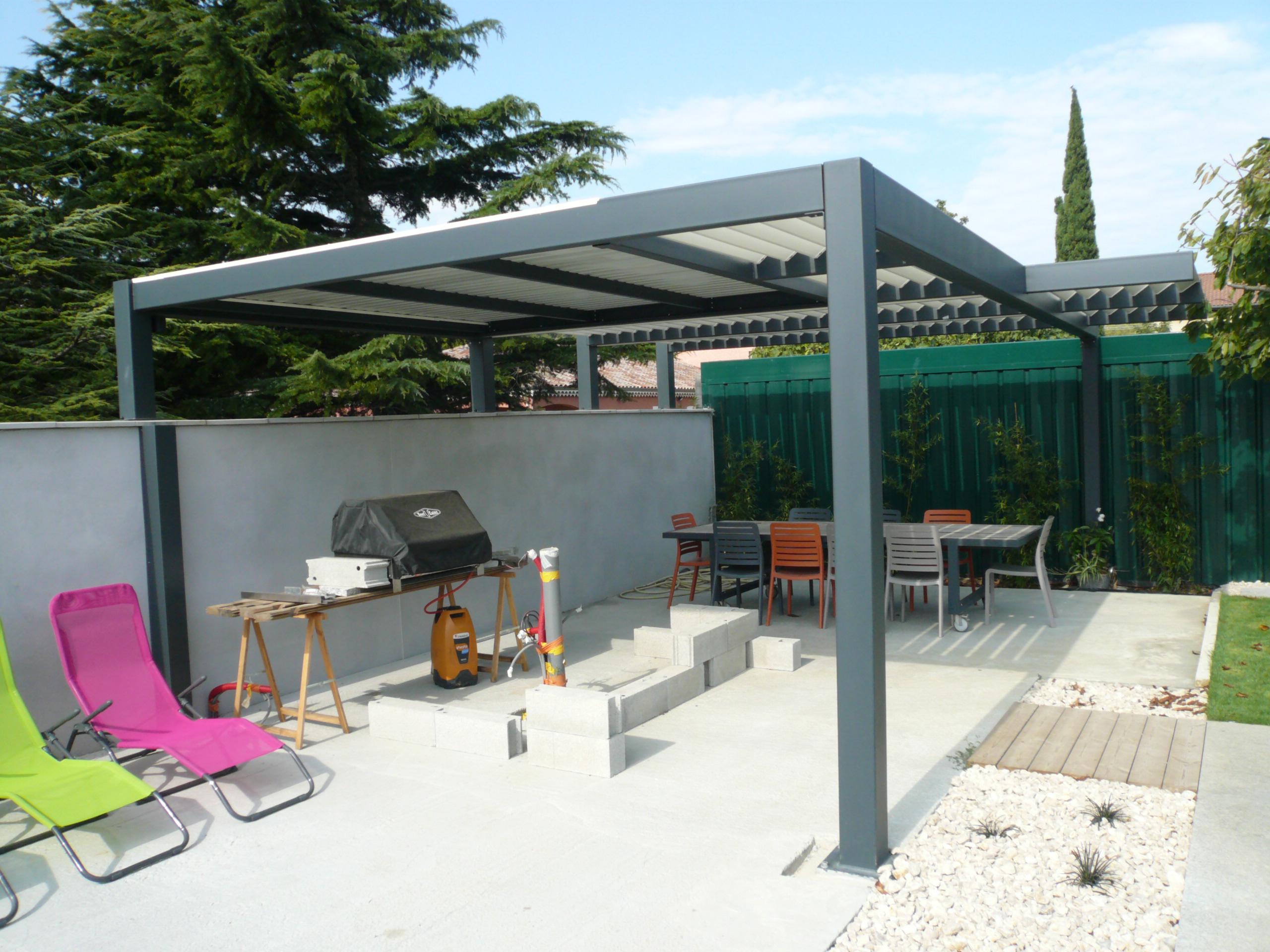 Pergola en tube, toit en lames brise-soleil