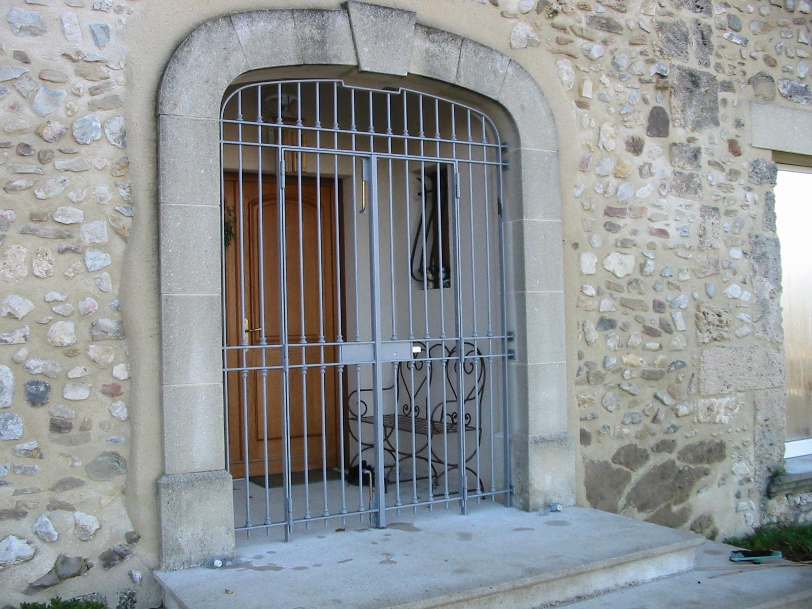 Grille ouvrante pour protection d'une porte d'entrée