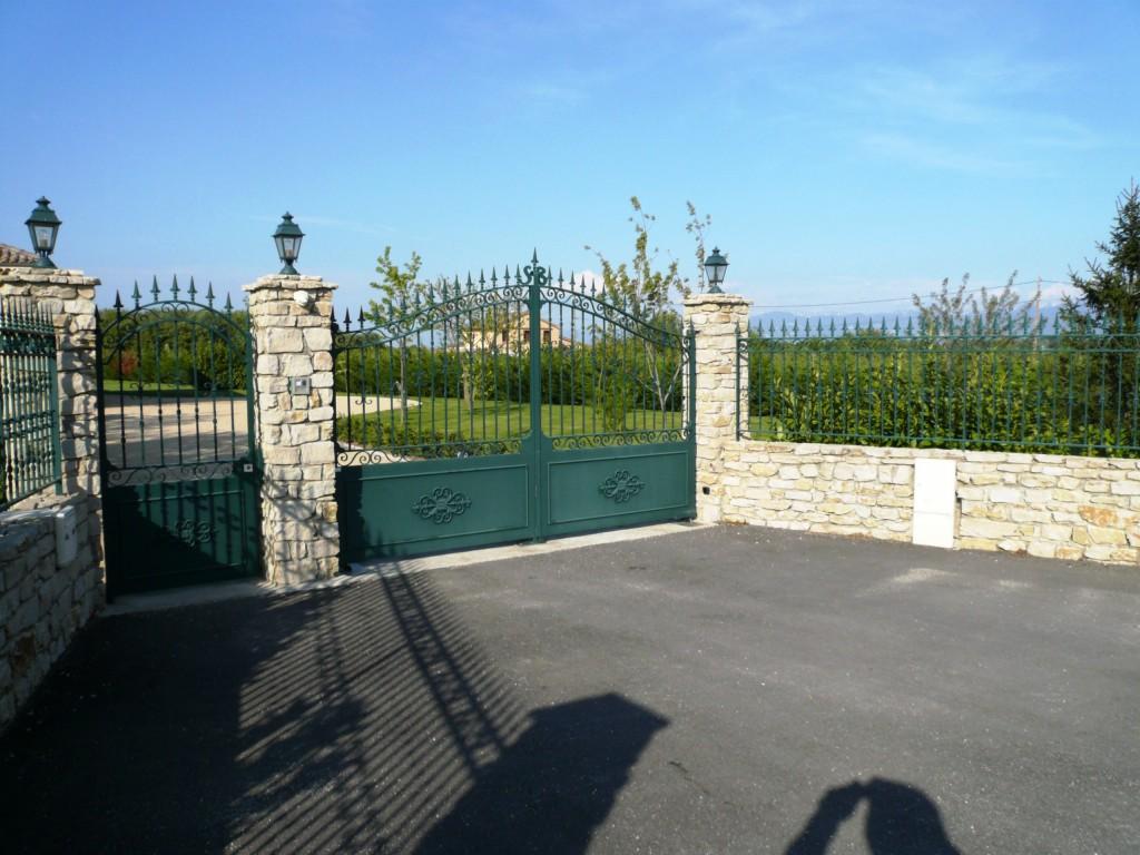 Portail 2 vantaux avec portillon et grille sur muret en harmonie - mécanisme du portail encastré au sol